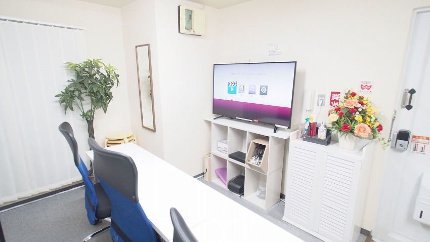 新宿@貸し会議室 レンタルスペース【マリーナ】50インチ大型モニターの他、姿見鏡があり、上映会の他控室としての利用も可能です