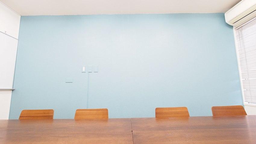 横浜 貸し会議室 レンタルスペース テラス 青い空をイメージしたイメージした壁が印象的