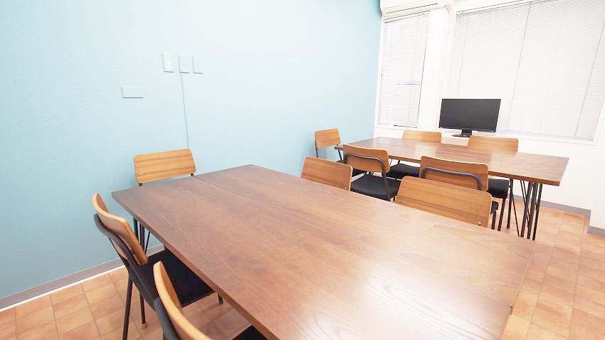 横浜 貸し会議室 レンタルスペース テラス 2つのグループを作ったワークショップ向けレイアウト
