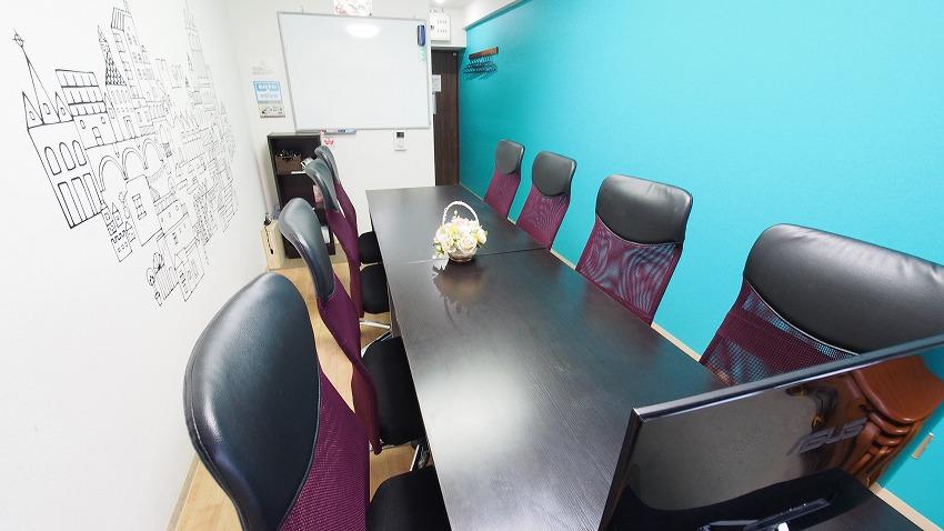 ホワイトボードやモニターもあり、活動場所としても便利な貸会議室