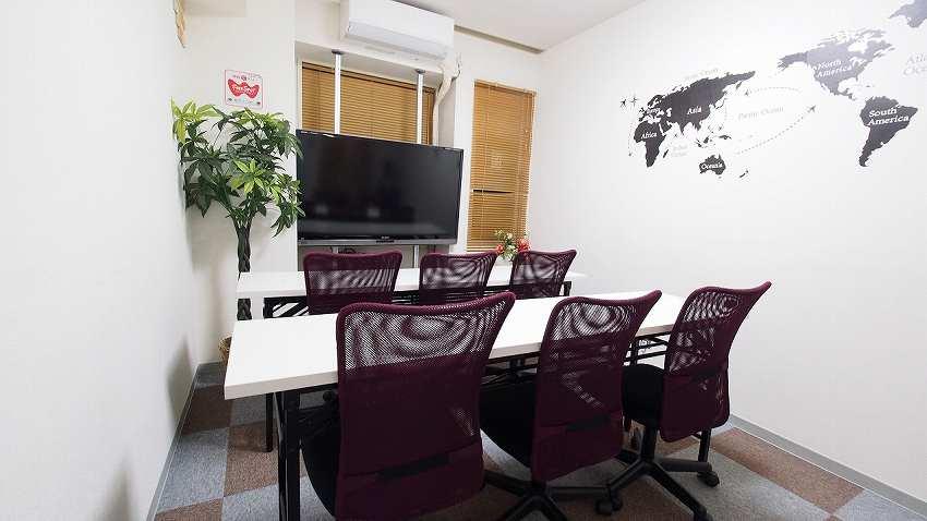 横浜 貸し会議室 レンタルスペース BASE 教室 セミナー モニターに向けたプレゼン 上映会 セミナー向けレイアウト