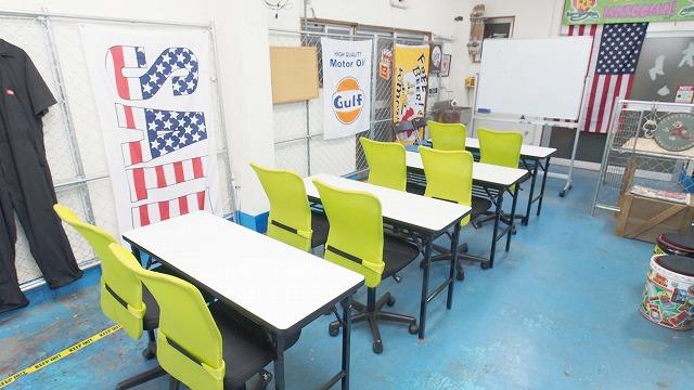 江東区 総武線 亀戸 貸し会議室 レンタルスペース 亀戸ベース ホワイトボードにテーブルと椅子を並べた教室 セミナー向けレイアウト