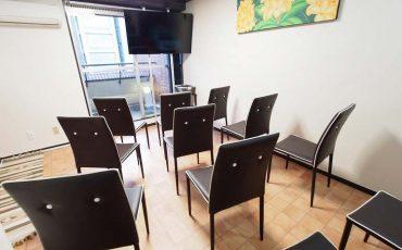 渋谷 貸し会議室 レンタルスペース モルディブ 大型ディスプレイに椅子を向けたセミナー 説明会向けレイアウト