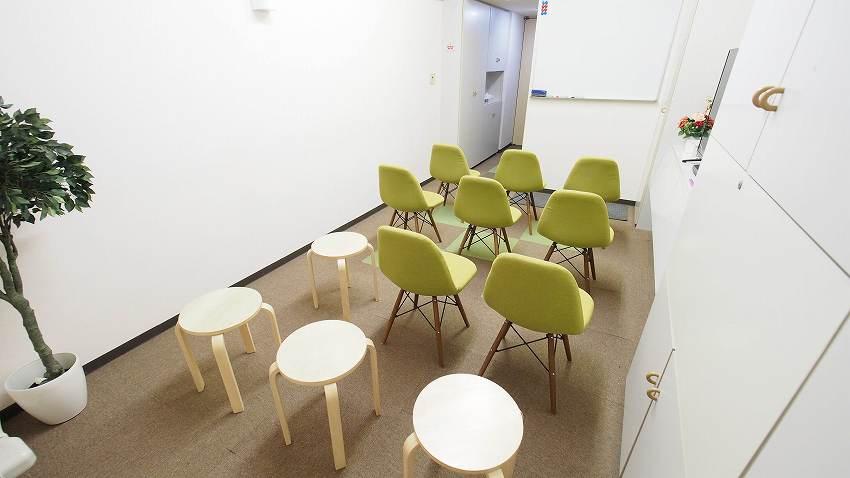新宿 貸し会議室 レンタルスペース GRASS テーブルを外したセミナー 説明会 講習会向けレイアウト