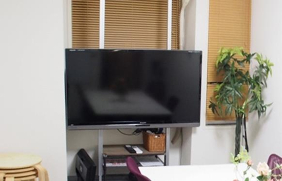 横浜 貸し会議室 レンタルスペース BASE 50インチ大型ディスプレイ