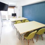 新宿 貸し会議室 レンタルスペース ラピスの2つのグループを作ったワークショップ向けレイアウト テレビを使う