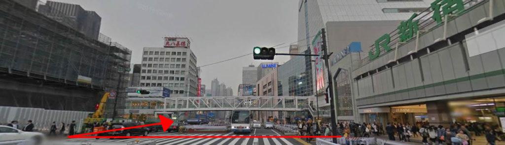 新宿駅南口を出て目の前の大きな通り(甲州街道)を渡って右に進んでいきます。