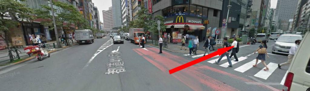 右角にマクドナルドがあり、そこを右に曲がり 進みますとローソンがあり、過ぎてそのまま進むと また別のローソンがあります。