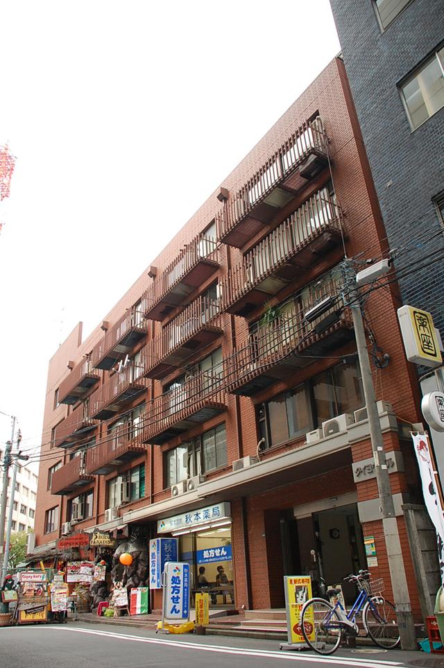 横浜駅西口第5自転車駐輪場の右隣のレンガ調の「タイヨウビル」510号室です。