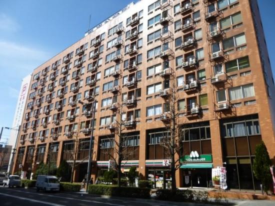 1Fにセブンイレブンとモスバーガーが入っています。そのビルの515号室です。
