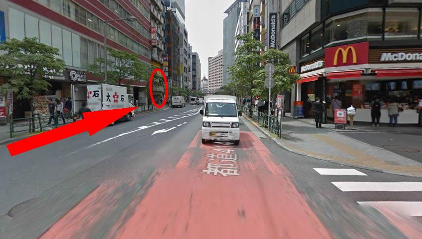 右手にマクドナルドを見ながら、直進した先の〇印、GSハイム佐藤ビルの7階の701号室です。