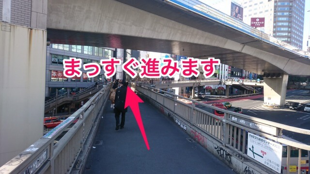 歩道橋をのぼったら、歩道橋下の国道246号を渡るようにまっすぐ進みます。