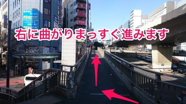 246号線を渡るようにまっすぐ進んだら、そのまま歩道橋を降りずに右に曲がって246号沿いを道なりに進むように歩道橋を進みます。