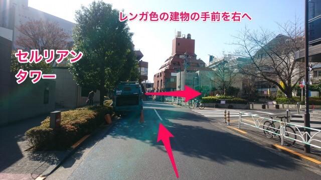 曲がったら、前方に見えるレンガ色の建物を目指してまっすぐ進み、レンガ色の建物の手前の道を右に曲がります。