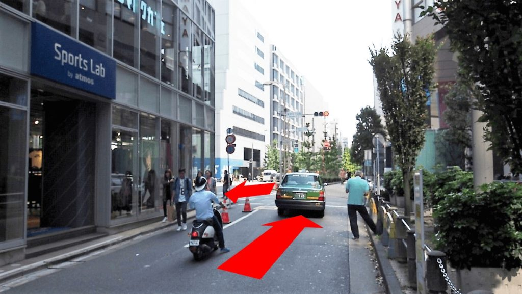 右に曲がったすぐのところに信号が見えますので、左折します。(道路の反対側には渡りません。)