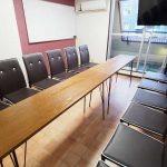 渋谷 貸し会議室 レンタルスペース モルディブ テーブルを一列にしたグループディスカッション向けレイアウト