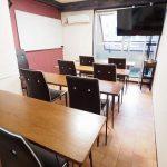 渋谷 貸し会議室 レンタルスペース モルディブ 大型ディスプレイにテーブルを椅子を向けたプレゼン 映画鑑賞向けレイアウト