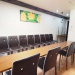 渋谷 貸し会議室 レンタルスペース モルディブ テーブルと椅子を向かい合わせにした面接会場 模擬面接向けレイアウト