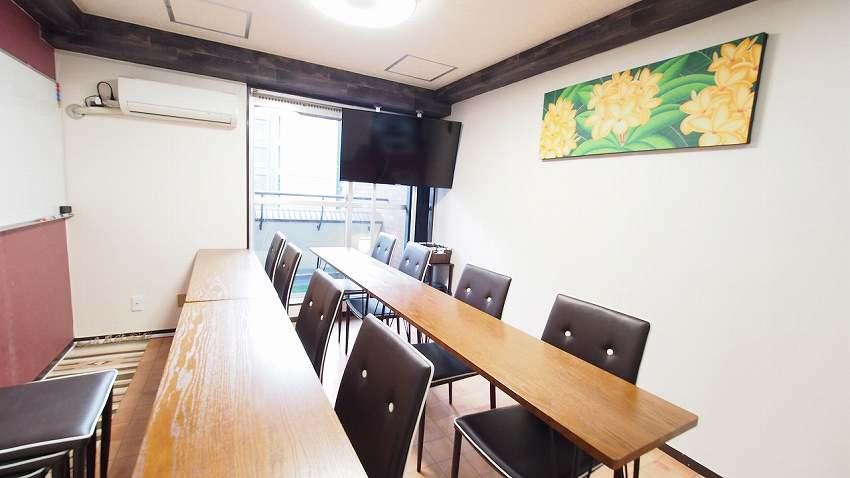 渋谷 貸し会議室 レンタルスペース モルディブ ホワイトボードにテーブルを向けた教室 セミナー向けレイアウト
