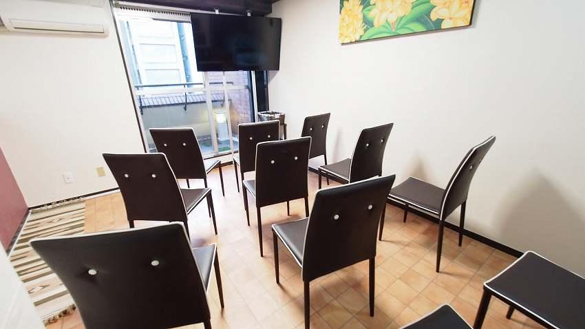 渋谷貸し会議室レンタルスペースモルディブ大型ディスプレイに椅子を向けたセミナー説明会向けレイアウト