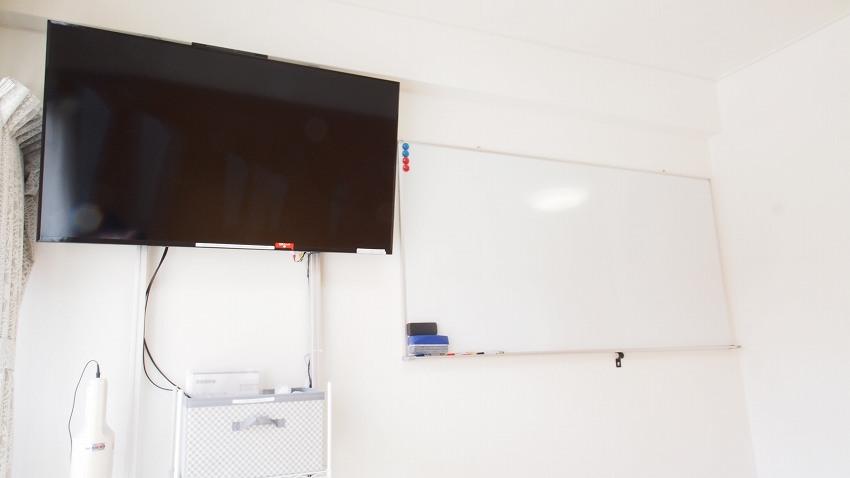 渋谷貸し会議室レンタルスペースHIDAMARI大型モニターとホワイトボード
