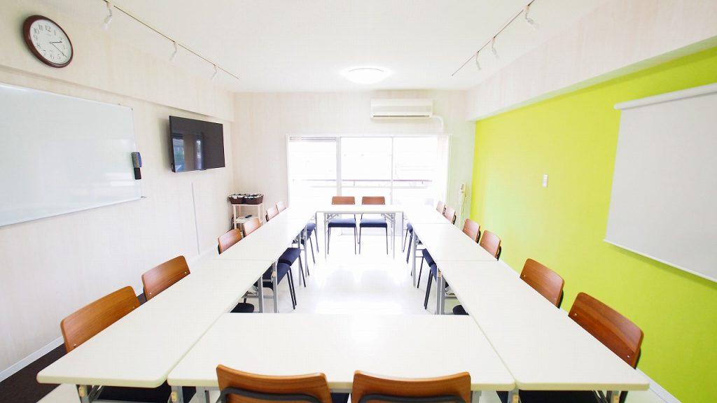 渋谷でプロジェクターより簡単な大型モニターが無料レンタルできる格安貸会議室「KOMOREBI」
