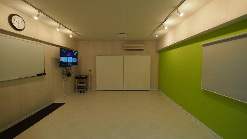 渋谷のレンタルスペース|ダウンライトがあるおしゃれな貸し会議室「KOMOREBI」